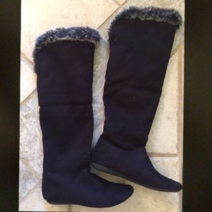 Black fold over boots with fur inside. Size 7
